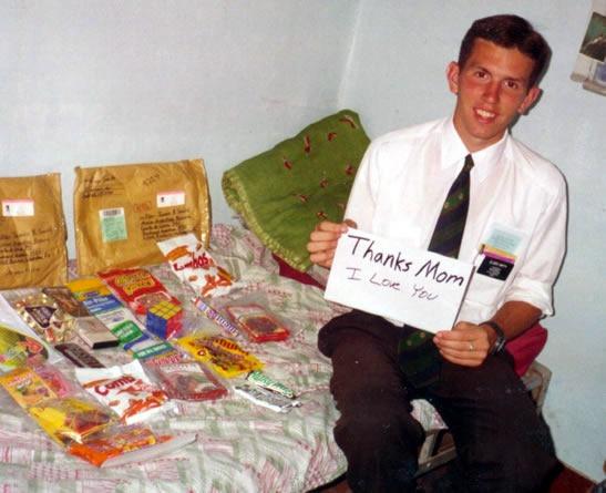 El élder Jimmy Smith con el contenido del paquete de atención que recibió de su casa